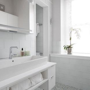 Esempio di una grande stanza da bagno padronale chic con ante bianche, piastrelle bianche, piastrelle di vetro, lavabo a bacinella, pavimento grigio, pareti bianche, pavimento con piastrelle in ceramica, ante lisce, zona vasca/doccia separata e doccia aperta