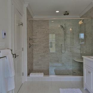 Inspiration för ett stort vintage en-suite badrum, med luckor med profilerade fronter, vita skåp, en dusch i en alkov, en toalettstol med separat cisternkåpa, beige kakel, keramikplattor, beige väggar, klinkergolv i keramik, ett undermonterad handfat och marmorbänkskiva