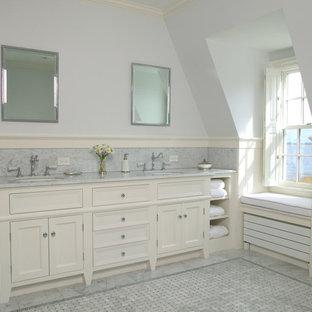 Ispirazione per una grande stanza da bagno padronale classica con lavabo sottopiano, ante con riquadro incassato, ante bianche, vasca freestanding, piastrelle grigie, piastrelle di marmo, pareti blu, pavimento con piastrelle a mosaico, top in marmo, pavimento grigio e top grigio