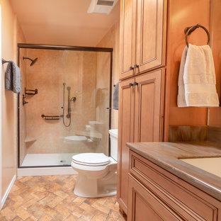 Foto di una piccola stanza da bagno padronale american style con ante con riquadro incassato, ante in legno chiaro, doccia alcova, WC monopezzo, piastrelle beige, pavimento con piastrelle in ceramica, lavabo integrato, pavimento multicolore e porta doccia scorrevole