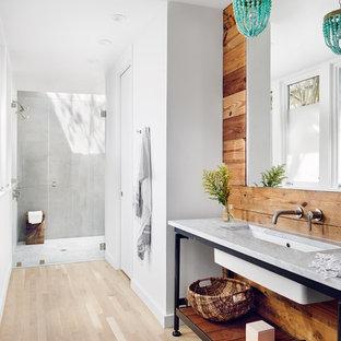Ispirazione per una stanza da bagno rustica con nessun'anta, doccia a filo pavimento, piastrelle grigie, pareti bianche, parquet chiaro, lavabo sottopiano, pavimento beige, porta doccia a battente e top grigio