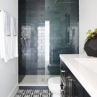 Esempio di una stanza da bagno per bambini contemporanea di medie dimensioni con ante in stile shaker, ante nere, doccia aperta, WC monopezzo, piastrelle multicolore, piastrelle di vetro, pareti bianche, pavimento con piastrelle a mosaico, lavabo da incasso e top in marmo