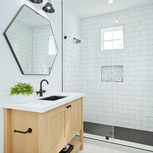 Foto di una stanza da bagno con doccia stile marinaro con ante in stile shaker, ante in legno chiaro, doccia alcova, piastrelle bianche, piastrelle diamantate, pareti bianche, lavabo sottopiano, pavimento bianco, porta doccia a battente e top bianco