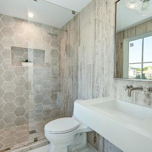 Bild på ett maritimt vit vitt badrum med dusch, med öppna hyllor, vita skåp, en dusch i en alkov, en toalettstol med separat cisternkåpa, beige kakel, ett integrerad handfat och vitt golv