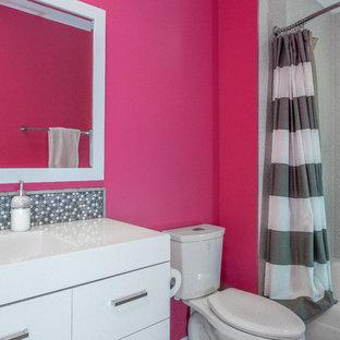 Ispirazione per una grande stanza da bagno padronale minimalista con consolle stile comò, ante in legno scuro, vasca freestanding, doccia doppia, WC monopezzo, piastrelle grigie, piastrelle in pietra, pareti bianche, pavimento in marmo, lavabo sottopiano e top in quarzo composito