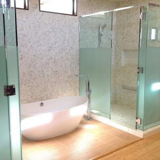 Diseño de cuarto de baño principal, minimalista, con armarios con paneles lisos, puertas de armario de madera en tonos medios, bañera exenta, ducha esquinera, baldosas y/o azulejos blancos, suelo de baldosas tipo guijarro, paredes blancas, suelo de bambú y encimera de cuarzo compacto