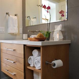 Exempel på ett mellanstort 60 tals vit vitt badrum med dusch, med släta luckor, skåp i ljust trä, en öppen dusch, en toalettstol med hel cisternkåpa, grå kakel, porslinskakel, vita väggar, klinkergolv i keramik, ett undermonterad handfat, bänkskiva i kvarts, svart golv och med dusch som är öppen