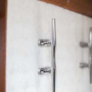Пример оригинального дизайна: маленькая главная ванная комната в морском стиле с плоскими фасадами, белыми фасадами, душем в нише, инсталляцией, разноцветными стенами, паркетным полом среднего тона, врезной раковиной, столешницей из искусственного кварца, оранжевым полом, душем с распашными дверями и разноцветной столешницей