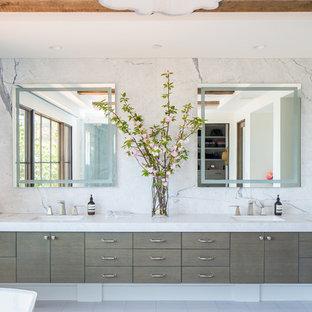Immagine di un'ampia stanza da bagno padronale mediterranea con ante lisce, ante grigie, piastrelle blu, pareti bianche, lavabo sottopiano, porta doccia a battente, top bianco, vasca freestanding e doccia ad angolo