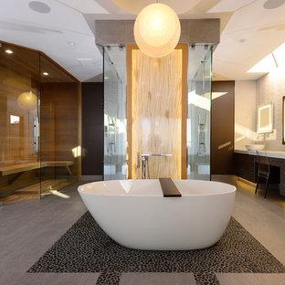 Foto di una grande sauna minimal con ante lisce, ante in legno bruno, vasca freestanding, pareti bianche, pavimento con piastrelle di ciottoli, lavabo a bacinella e top in superficie solida
