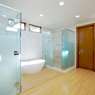 Foto di un'ampia stanza da bagno padronale design con vasca freestanding, doccia ad angolo, piastrelle bianche, pareti bianche, parquet chiaro, piastrelle di ciottoli e WC monopezzo
