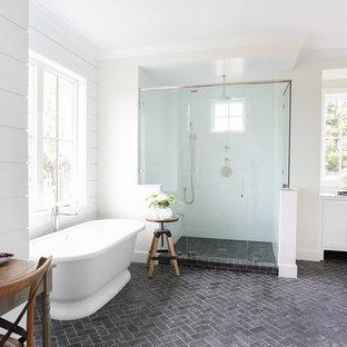 Landhausstil Badezimmer En Suite Mit Blauen Fliesen, Weißer Wandfarbe,  Kalkstein Und Eckdusche In Orange
