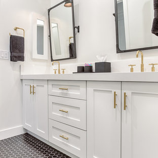Bild på ett mellanstort vintage vit vitt badrum med dusch, med skåp i shakerstil, vita skåp, svart och vit kakel, keramikplattor, vita väggar, klinkergolv i keramik, bänkskiva i kvarts och svart golv