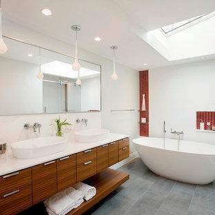Foto de cuarto de baño principal, actual, con armarios con paneles lisos, puertas de armario de madera oscura, bañera exenta, baldosas y/o azulejos rojos, paredes blancas, lavabo sobreencimera y ducha con puerta corredera