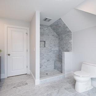 Imagen de cuarto de baño principal, tradicional renovado, grande, con armarios estilo shaker, puertas de armario grises, ducha abierta, sanitario de una pieza, baldosas y/o azulejos grises, baldosas y/o azulejos blancos, baldosas y/o azulejos de cemento, paredes blancas, suelo de pizarra, lavabo bajoencimera y encimera de acrílico