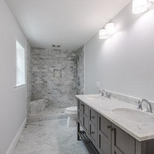 Пример оригинального дизайна: большая главная ванная комната в стиле современная классика с фасадами в стиле шейкер, серыми фасадами, открытым душем, унитазом-моноблоком, серой плиткой, белой плиткой, плиткой кабанчик, белыми стенами, полом из сланца, врезной раковиной и столешницей из искусственного камня