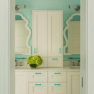 Modelo de cuarto de baño infantil, clásico renovado, con lavabo bajoencimera, armarios estilo shaker, puertas de armario blancas, suelo verde y encimeras blancas