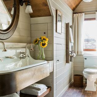 На фото: ванная комната среднего размера в стиле кантри с раковиной с несколькими смесителями и кирпичным полом с