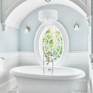 Пример оригинального дизайна: главная ванная комната в классическом стиле с отдельно стоящей ванной, синими стенами, полом из мозаичной плитки, серым полом, сводчатым потолком, панелями на стенах и обоями на стенах