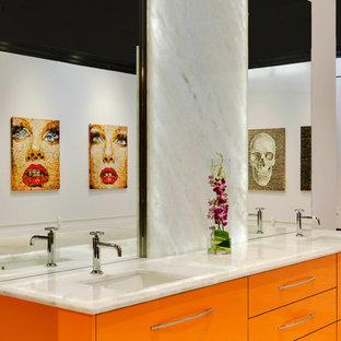 ボストンのコンテンポラリースタイルのおしゃれなマスターバスルーム (フラットパネル扉のキャビネット、オレンジのキャビネット、白いタイル、石タイル、珪岩の洗面台) の写真