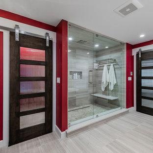 Imagen de cuarto de baño principal, moderno, grande, con bañera con patas, ducha doble, paredes grises, ducha con puerta con bisagras, suelo de baldosas de porcelana y suelo gris