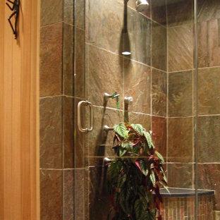 Esempio di una grande sauna classica con piastrelle beige, porta doccia a battente, doccia alcova, piastrelle in ardesia, pavimento in ardesia e pavimento blu