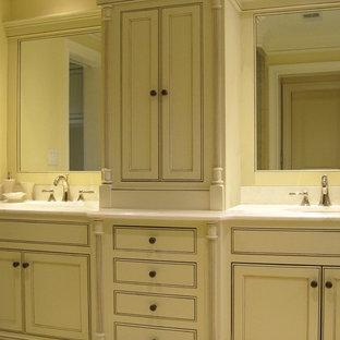 Idee per una grande stanza da bagno padronale tradizionale con ante con riquadro incassato, ante beige, pavimento in pietra calcarea, lavabo sottopiano, top in granito e pavimento beige