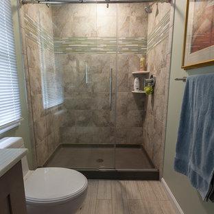 Immagine di una piccola stanza da bagno padronale minimal con ante in stile shaker, ante grigie, doccia alcova, WC monopezzo, piastrelle grigie, piastrelle in ceramica, pareti verdi, pavimento in gres porcellanato, lavabo sottopiano, top in onice, pavimento grigio e porta doccia scorrevole