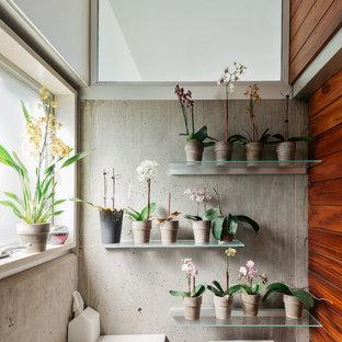 Ispirazione per una piccola stanza da bagno industriale con WC a due pezzi e pareti grigie