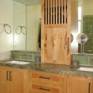 Foto di una stanza da bagno padronale etnica con ante in legno chiaro, doccia ad angolo, WC monopezzo, piastrelle verdi, piastrelle di vetro, pareti verdi, lavabo sottopiano e top in granito