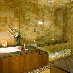 Esempio di una grande stanza da bagno padronale contemporanea con ante in legno scuro, vasca sottopiano, doccia a filo pavimento, piastrelle beige, piastrelle di ciottoli, pareti beige, pavimento con piastrelle di ciottoli e lavabo sottopiano