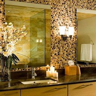 Idee per una grande stanza da bagno padronale contemporanea con ante lisce, ante in legno chiaro, piastrelle beige, piastrelle nere, piastrelle marroni, piastrelle di ciottoli e lavabo sottopiano