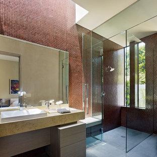 Inspiration för ett stort funkis en-suite badrum, med släta luckor, skåp i ljust trä, en kantlös dusch, brun kakel, dusch med gångjärnsdörr, keramikplattor, röda väggar, ljust trägolv, ett fristående handfat och bänkskiva i betong