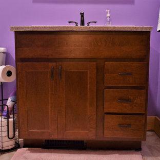 Ejemplo de cuarto de baño infantil, rústico, pequeño, con armarios estilo shaker, puertas de armario marrones, paredes púrpuras, suelo de madera clara, encimera de mármol, suelo marrón y encimeras beige