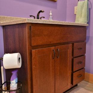 Foto de cuarto de baño infantil, rústico, pequeño, con armarios estilo shaker, puertas de armario marrones, paredes púrpuras, suelo de madera clara, encimera de mármol, suelo marrón y encimeras beige