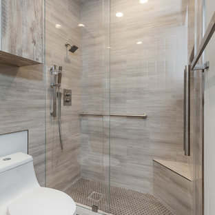 Свежая идея для дизайна: маленькая ванная комната в современном стиле с плоскими фасадами, светлыми деревянными фасадами, душем в нише, унитазом-моноблоком, коричневой плиткой, керамической плиткой, коричневыми стенами, полом из мозаичной плитки, душевой кабиной, накладной раковиной, столешницей из кварцита, коричневым полом, душем с раздвижными дверями и белой столешницей - отличное фото интерьера