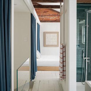 Ejemplo de cuarto de baño principal, minimalista, grande, con armarios con paneles lisos, puertas de armario blancas, ducha empotrada, lavabo integrado, ducha con cortina, paredes blancas, suelo de madera pintada y suelo gris
