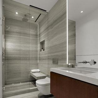 Свежая идея для дизайна: маленькая главная ванная комната в современном стиле с плоскими фасадами, темными деревянными фасадами, открытым душем, инсталляцией, бежевой плиткой, плиткой из листового камня, бежевыми стенами, полом из известняка, врезной раковиной и столешницей из искусственного кварца - отличное фото интерьера
