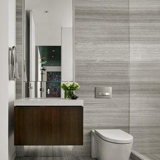 Immagine di una stanza da bagno design di medie dimensioni con ante in legno bruno, doccia aperta, WC monopezzo, piastrelle beige, lastra di pietra, pareti beige, pavimento in travertino, lavabo sottopiano e top in superficie solida