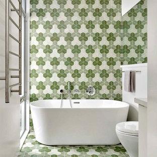 Foto di una stanza da bagno padronale minimal con vasca freestanding, piastrelle verdi, piastrelle multicolore, pareti multicolore e pavimento multicolore