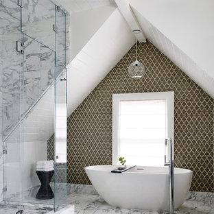 Klassisches Badezimmer mit freistehender Badewanne, bunten Wänden und grünen Fliesen in San Francisco