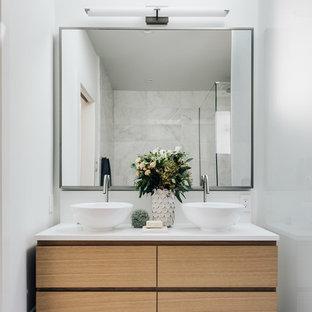 Источник вдохновения для домашнего уюта: ванная комната среднего размера в современном стиле с белыми стенами, душевой кабиной, настольной раковиной, столешницей из талькохлорита, плоскими фасадами, светлыми деревянными фасадами, серым полом, отдельно стоящей ванной, открытым душем, раздельным унитазом, полом из керамической плитки, душем с распашными дверями, белой столешницей, тумбой под две раковины и напольной тумбой
