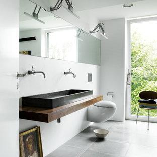 Esempio di una grande stanza da bagno padronale nordica con lavabo rettangolare, top in legno, WC sospeso, pareti bianche, piastrelle bianche, piastrelle di cemento, pavimento con piastrelle in ceramica e top marrone