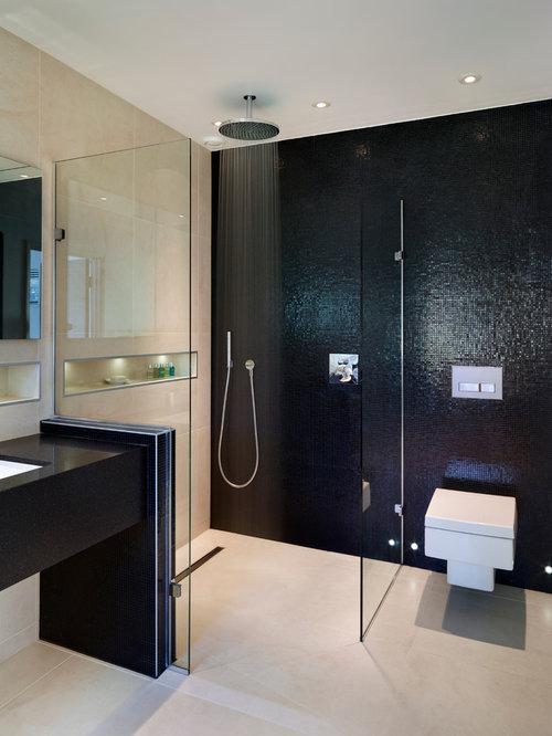 Salle de bain avec un carrelage noir et un wc suspendu for Cabine de douche avec wc et lavabo