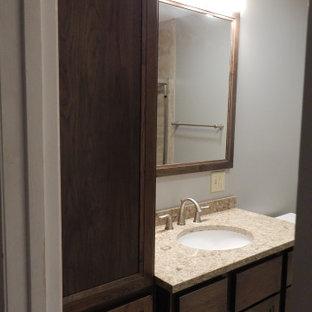 ニューヨークの中くらいのトランジショナルスタイルのおしゃれな子供用バスルーム (シェーカースタイル扉のキャビネット、中間色木目調キャビネット、分離型トイレ、ベージュの壁、磁器タイルの床、アンダーカウンター洗面器、クオーツストーンの洗面台、ベージュの床、ベージュのカウンター) の写真