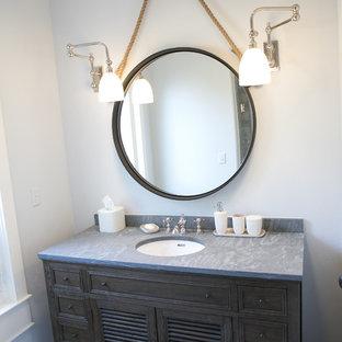 Imagen de cuarto de baño clásico, de tamaño medio, con armarios con puertas mallorquinas, puertas de armario de madera en tonos medios, paredes azules, suelo de mármol, lavabo bajoencimera, encimera de cuarzo compacto y suelo multicolor