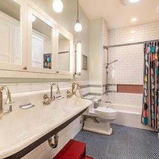Modelo de cuarto de baño tradicional renovado con armarios con paneles empotrados, puertas de armario blancas, bañera empotrada, combinación de ducha y bañera, baldosas y/o azulejos verdes, baldosas y/o azulejos naranja, baldosas y/o azulejos blancos, baldosas y/o azulejos de cemento, paredes verdes, suelo con mosaicos de baldosas, lavabo de seno grande, suelo azul y ducha con cortina