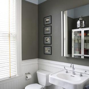 Esempio di una stanza da bagno tradizionale con lavabo a colonna