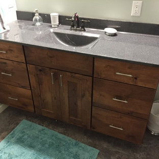 Immagine di una stanza da bagno chic di medie dimensioni con ante lisce, ante marroni, vasca/doccia, WC a due pezzi, pareti grigie, lavabo integrato, top in onice, pavimento grigio e doccia con tenda