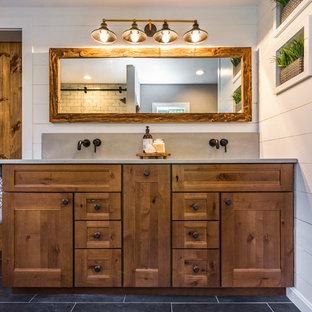 Foto di una stanza da bagno padronale stile americano di medie dimensioni con ante in stile shaker, ante in legno scuro, pareti grigie, pavimento in ardesia, pavimento grigio, lavabo integrato, top in cemento e top grigio